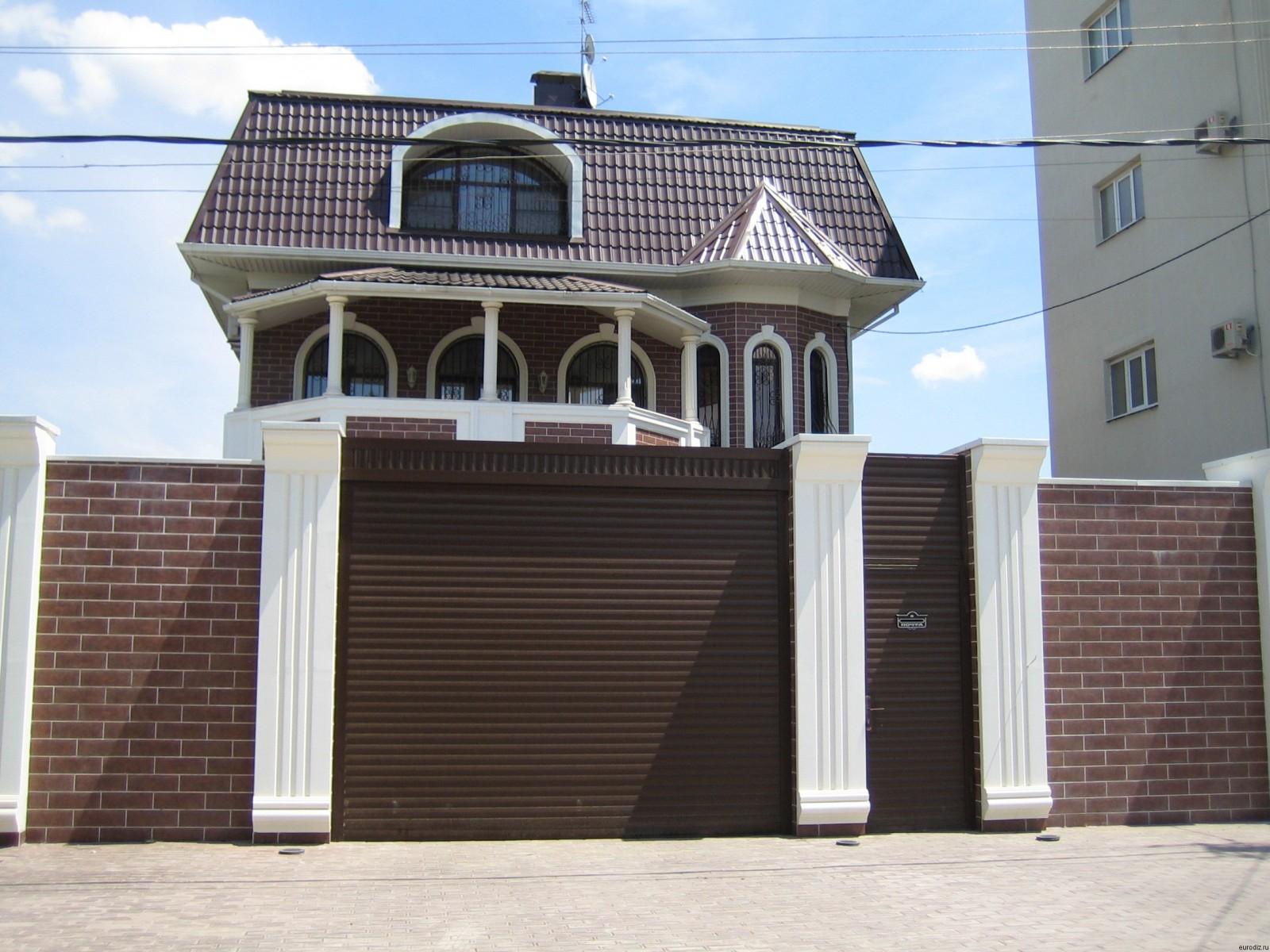 Дизайн домов с рулонными воротами